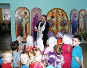 Беседа благочинного с детьми  в детском садике «Радость моя» после краткого молебен Архангелу Михаилу (21 ноября 2012г.)